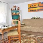Canapeaua și masa din sufragerie